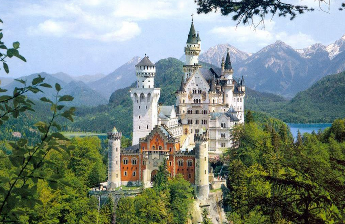 The fairy tale castle of Neuschwanstein in Baviera