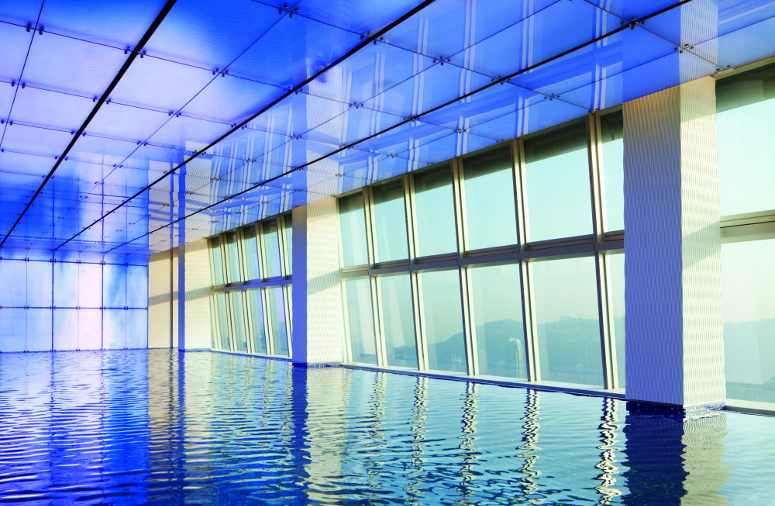 Ritz-Carlton rooftop swimming pool in Hong Kong